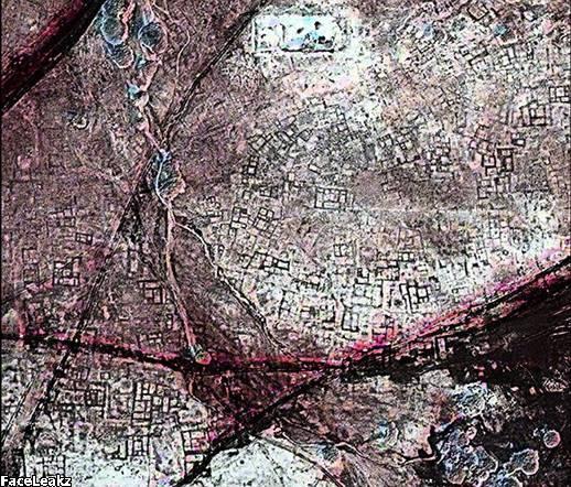 Peta Jalan Kuno: Sebuah citra satelit memperlihatkan Kota Tanis adalah kota yang penuh dengan kuburan bawah tanah. Bangunan di Mesir kuno terbuat dari bata lumpur - bahan padat yang menyebabkan satelit yang mengorbit di atas Bumi bisa memotret garis-garis besar struktur bangunan yang tak terlihat oleh mata manusia.