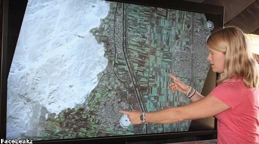 Ini Baru Permulaan: Arkeolog Dr. Sarah Parcak menunjukkan lokasi piramida yang terkubur dengan gambar satelit.